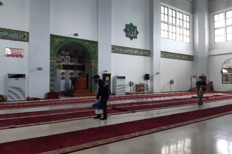 Petugas menyemprotkan disinfektan ke karpet dalam ruangan Masjid Raya Ahmad Yani, Selasa (17/3/2020) pukul 14.02 WITA