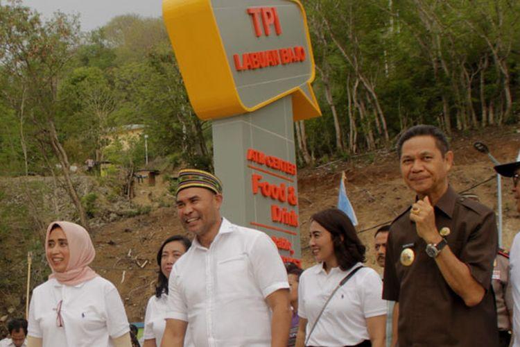 Dirut PT ASDP FerryIra Puspadewi (kiri), Gubernur NTT Viktor B Laiskodat (Kedua kiri), Bupati Manggarai Barat Agustinus CH Dula (ketiga kiri) dan Komisaris utama PT ASDP Ferry Lalu Sudarmadi (kanan) meninjau Tempat Pelelangan Ikan (TPI) Labuan Bajo di Labuan Bajo, Manggarai Barat, NTT, Jumat (30/11/2018). TPI yang dibangun di atas lahan seluas 4.678 m2 dan lebih moderen oleh PT Angkutan Sungai, Danau dan Penyeberangan (ASDP) Ferry Indonesia itu memiliki lahan parkir luas, tempat penarikan uang kas atau ATM dan kios komersial sebanyak 50 unit serta mampu menampung 136 pedagang ikan dan memiliki pelabuhan yang dapat menampung 680 kapal nelayan dengan kapasitas rata-rata tujuh gross tone (GT).