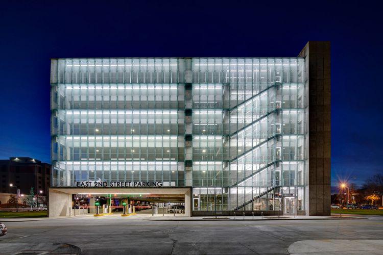 Tim arsitek memilih untuk menutup sebagian fasad bangunan dengan material kaca.