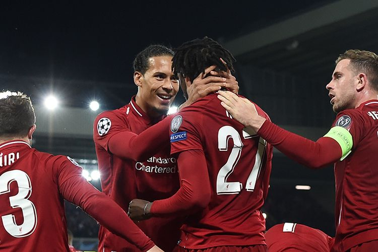Penyerang Liverpool Divock Origi (kedua kanan) merayakan gol keempat timnya dengan rekan setim pada leg kedua semifinal Liga Champions di Stadion Anfield, Selasa (7/5/2019) atau Rabu dini hari Wib. Liverpool menang besar atas Barcelona dengan skor 4-0 dan membuat The Reds berhak lolos ke final dengan keunggulan agregat 4-3.