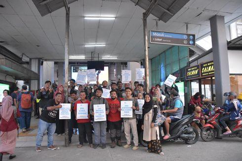 Bagi-bagi Masker di Depok, Sekolah Relawan Sebar Energi Positif Hadapi Corona