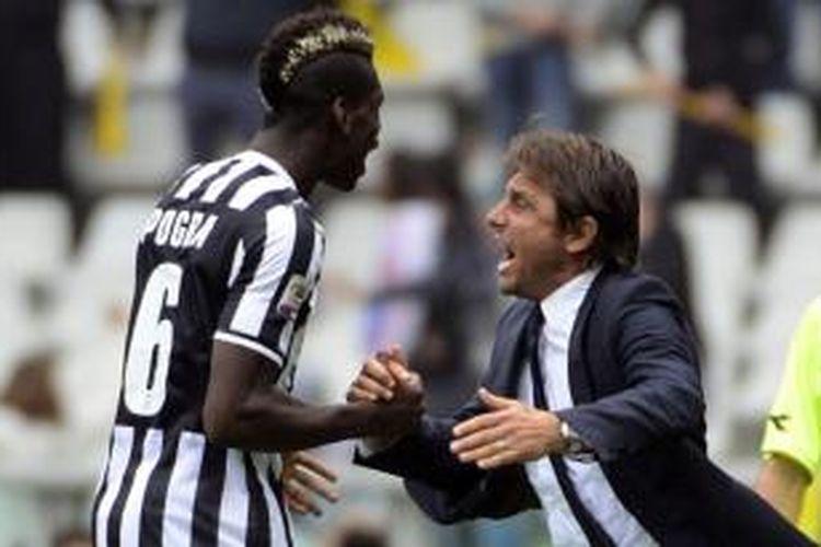 Bersama Antonio Conte (kanan), gelandang Juventus Paul Pogba (kiri) merayakan gol yang dicetak ke gawang Torino dalam laga Serie-A di Stadion Olimpico, Turin, Minggu (29/9/2013). Juventus menang tipis 1-0 atas Torino.