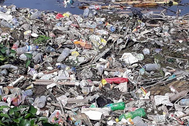 Sampah plastik menjadi masalah bersama umat manusia. Sampah ini sulit diurai bahkan membutuhkan ratusan tahun.