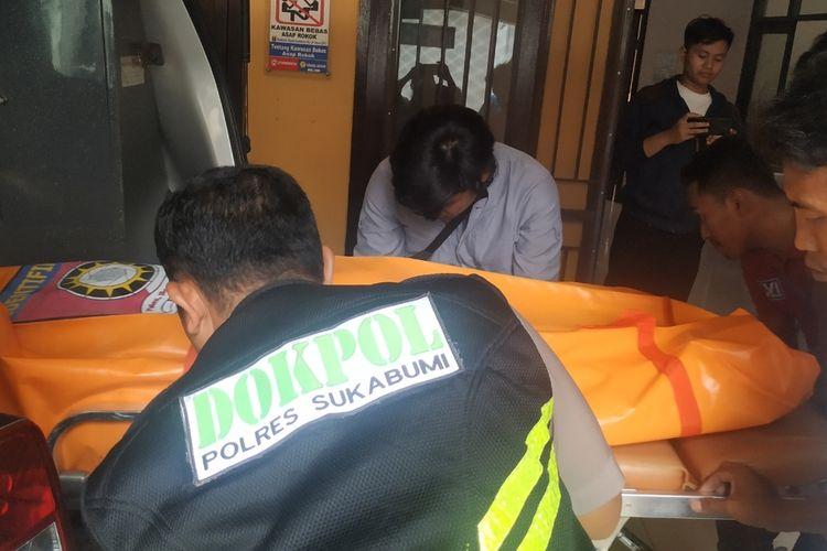 Proses evakuasi jenazah FNF yang akan dibawa ke RS Bhayangkar Polri, Jakarta di RSUD Sekarwangi, Cibadak, Sukabumi, Jawa Barat, Rabu (26/2/2020).
