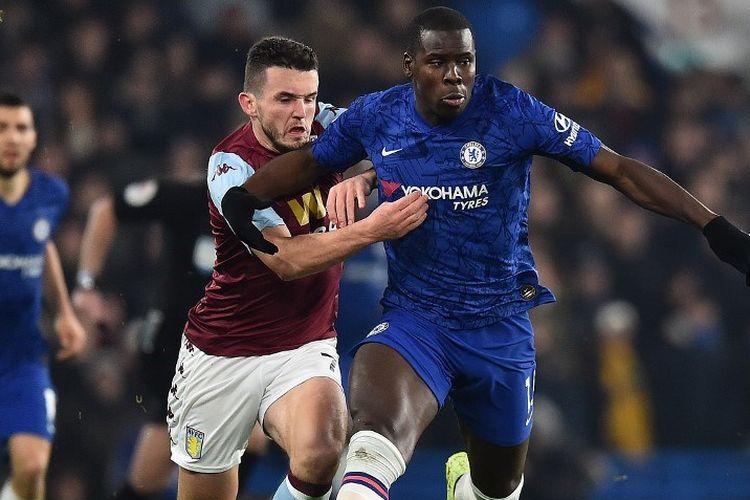 John McGinn membayang-bayang Kurt Zouma pada laga Chelsea vs Aston Villa di Stadion Stamford Bridge dalam lanjutan Liga Inggros. 4 Desember 2019