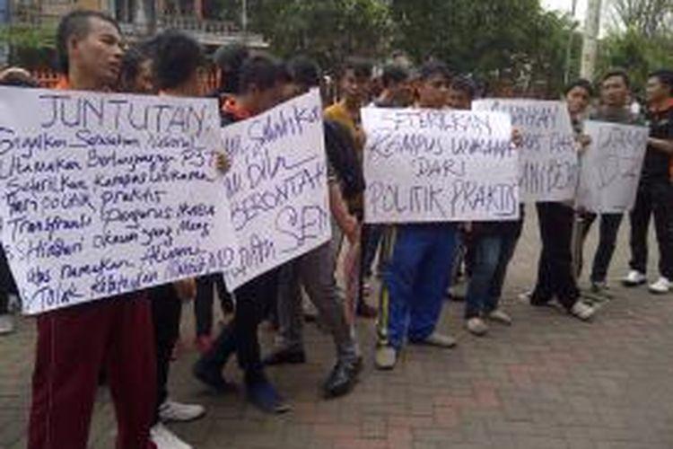 Puluhan mahasiswa demo tolak kedatangan Mahfud MD ke kampus Universitas Kanjuruhan, Malang Jawa Timur, Jumat (30/8/2013).