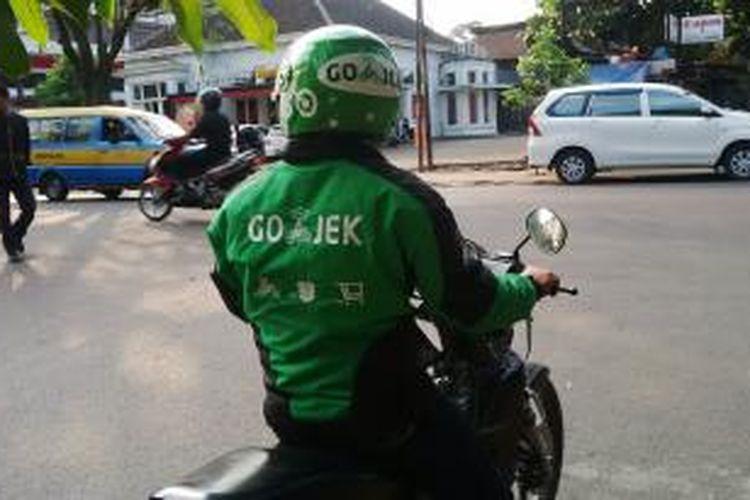 Diver Gojek Bandung yang tengah menjemput angkutan di kawasan Jalan RE. Martadinata, Kota Bandung, Rabu, (24/6/2015).