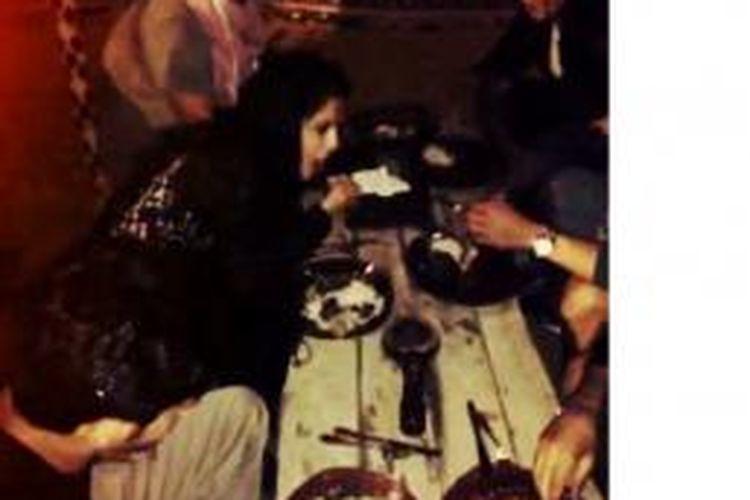 Selena Gomez tengah menikmati makanan bersama dengan Sejad Salihovic serta rekan-rekannya saat liburan ke Dubai.