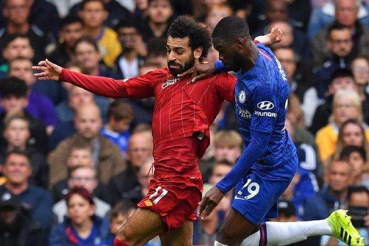 Mohamed Salah dijaga oleh Fikayo Tomori pada pertandingan Chelsea vs Liverpool di Stadion Stamford Bridge, 22 September 2019.