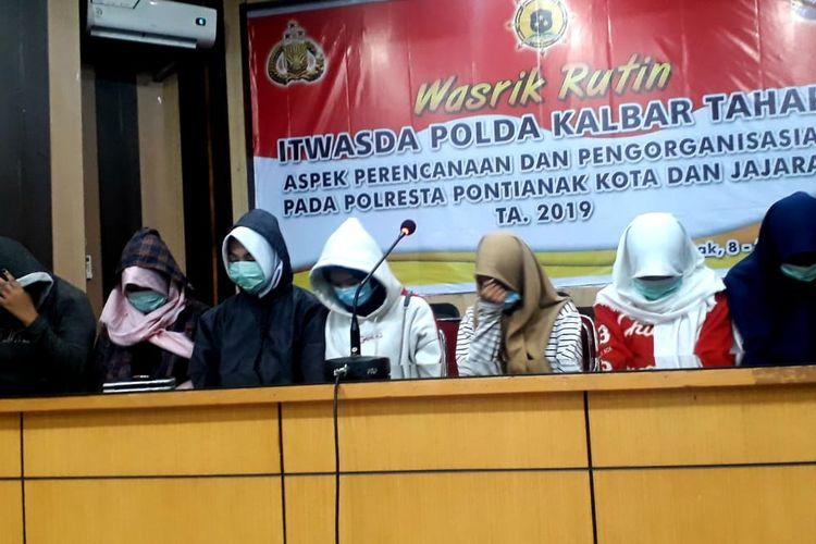 Tiga tersangka pengeroyokan AD (14), siswi SMP di Kota Pontianak, bersama temannya menyatakan permintaan maaf dan mengakui perbuatannya di Mapolresta Pontianak, Kalimantan Barat, Rabu (10/4/2019).