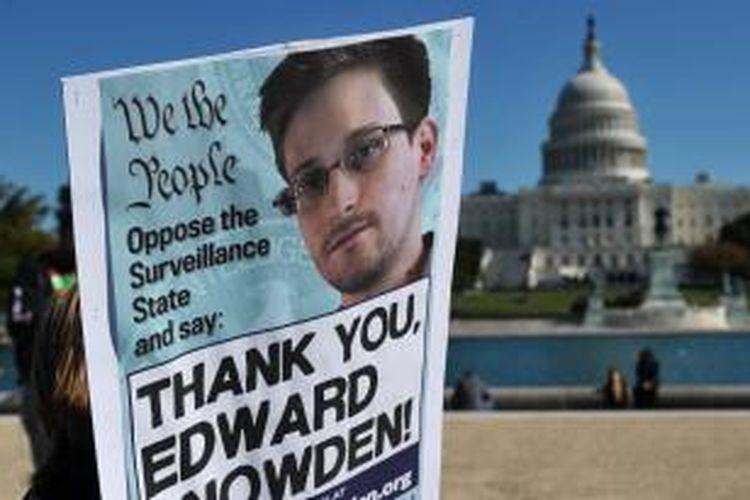 Poster dukungan terhadap Edward Snowden di depan Gedung Putih.
