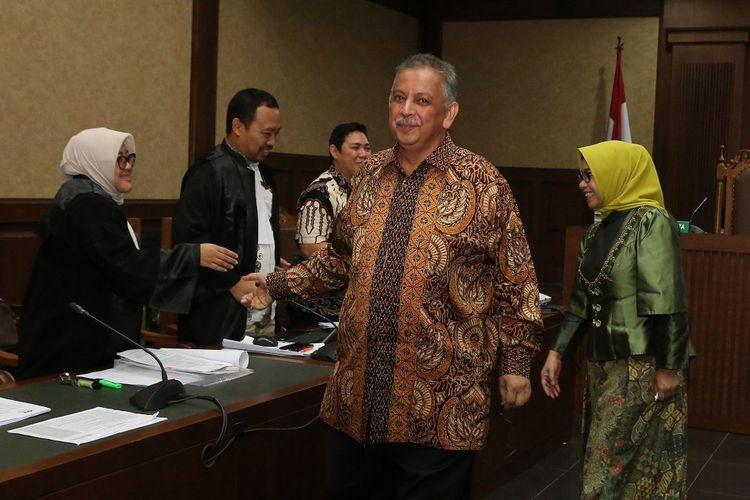 Terdakwa kasus dugaan suap proyek PLTU Riau-1 mantan Dirut PLN Sofyan Basir (kiri) mendengarkan keterangan saksi saat menjalani sidang lanjutan di Pengadilan Tipikor, Jakarta, Senin (29/7/2019). Sidang beragenda mendengarkan keterangan empat orang saksi yang dihadirkan Jaksa Penuntut Umum (JPU) KPK menghadirkan Mantan Wakil Ketua Komisi VII DPR Eni Maulani Saragih (kiri) dan pengusaha Johannes Budisutrisno Kotjo. ANTARA FOTO/Reno Esnir/aww.