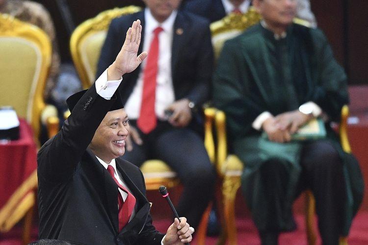 Ketua MPR terpilih Bambang Soesatyo melambaikan tangan di ruang Sidang Paripurna MPR, Kompleks Parlemen, Senayan, Jakarta, Kamis (3/10/2019).  Sidang Paripurna tersebut menetapkan Bambang Soesatyo sebagai Ketua MPR periode 2019-2024 dengan Wakil Ketua, Ahmad Basarah dari Fraksi PDI Perjuangan, Ahmad Muzani dari Fraksi Partai Gerindra, Lestari Moerdijat dari Fraksi Partai Nasdem, Jazilul Fawaid dari Fraksi Partai Kebangkitan Bangsa, Syarief Hasan dari Fraksi Partai Demokrat, Zulkifli Hasan dari Fraksi Partai Amanat Nasional, Hidayat Nur Wahid dari Fraksi Partai Keadilan Sejahtera, Arsul Sani dari Fraksi Partai Persatuan Pembangunan dan Fadel Muhammad dari Kelompok DPD di MPR. ANTARA FOTO/Nova Wahyudi/wsj.