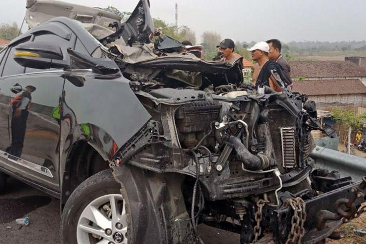 Toyota Innova usai terlibat kecelakaan di Tol Surabaya-Mojokerto (Sumo), Selasa (6/11/2018) pagi.