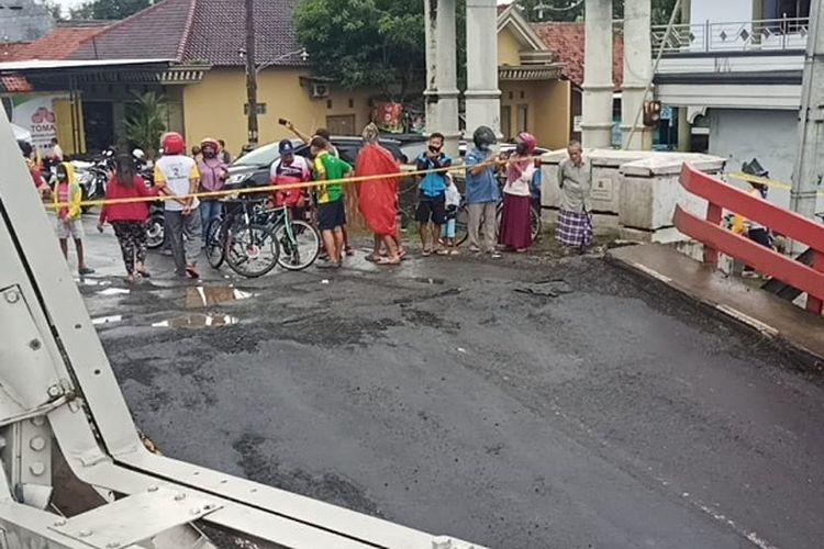 Warga melihat jembatan Rembun yang amblas di perbatasan Pekalongan-Pemalang Jawa Tengah.