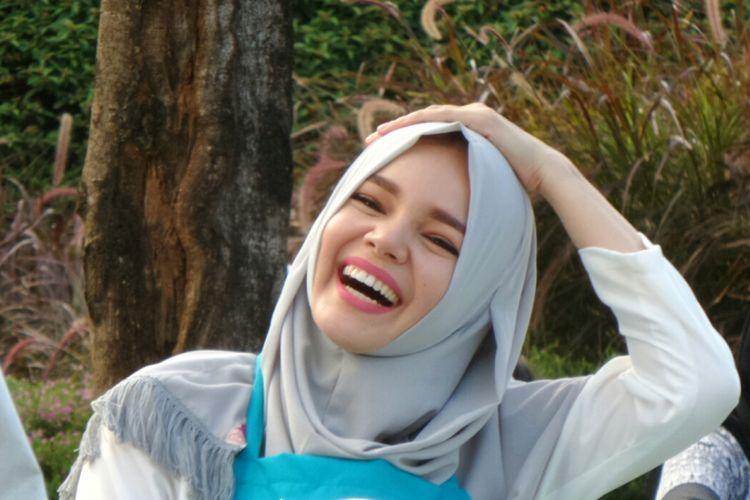 Artis peran yang juga vokalis Dewi Sandra saat diabadikan di Bintaro Xchange Mall, Bintaro, Tangerang Selatan, Jumat (9/6/2017).