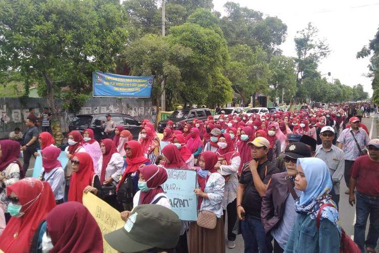 Massa dari keluarga besar pesantren thariqat Shiddiqiyah Ploso, Kabupaten Jombang, Jawa Timur, menggelar aksi damai di Mapolres Jombang, Selasa (14/1/2020)