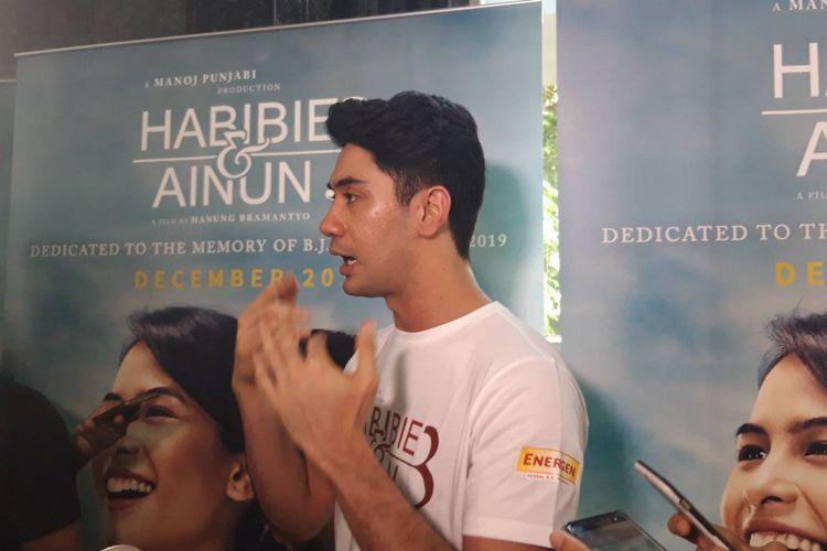 Reza Rahadian saat ditemui di peluncuran Official Poster Film Habibie & Ainun 3 di Gedung MD Place, Setiabudi, Jakarta pada Kamis (31/10/2019).