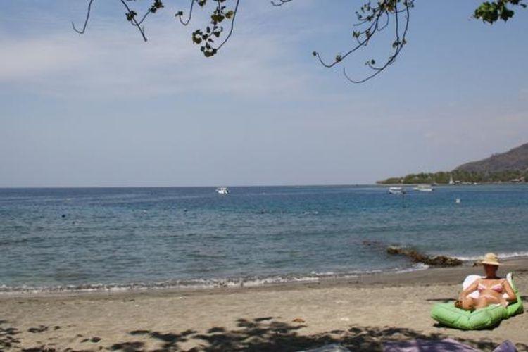 Turis asing di Pantai Pemuteran, Buleleng, Bali