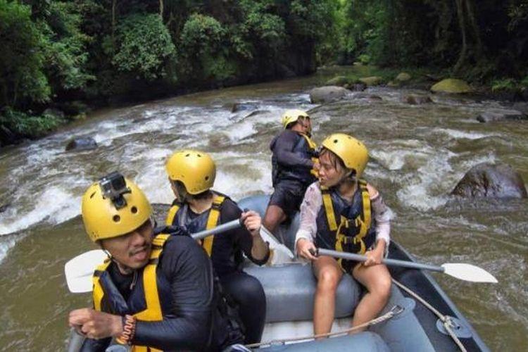 Para pembaca Kompas.com, pemenang kompetisi Take Me Anywhere, mencoba rafting di Sungai Ayung, Ubud, Gianyar, Sabtu (19/3/2016). Rafting di sungai ini salah satunya dikelola oleh Bali Adventure Tours sejak 1989. Pengarungan dilakukan sejauh 9 km selama 2 jam.