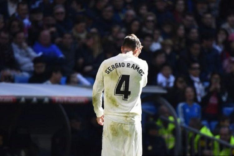 Sergio Ramos meninggalkan lapangan pertandingan seusai mendapat kartu merah pada pertandingan Real Madrid vs Girona di Stadion Santiago Bernabeu dalam lanjutan La Liga Spanyol, 17 Februari 2019.