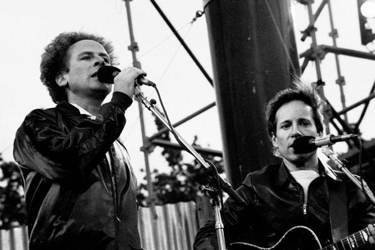 Grup duo folk Simon & Garfunkel yang terdiri dari Paul Simon dan Art Garfunkel.