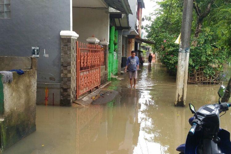 Banjir menggenangi kawasan RT 004 RW 007 Kelurahan Cipinang Melayu, Makasar, Jakarta Timur, Senin (5/2/2018).