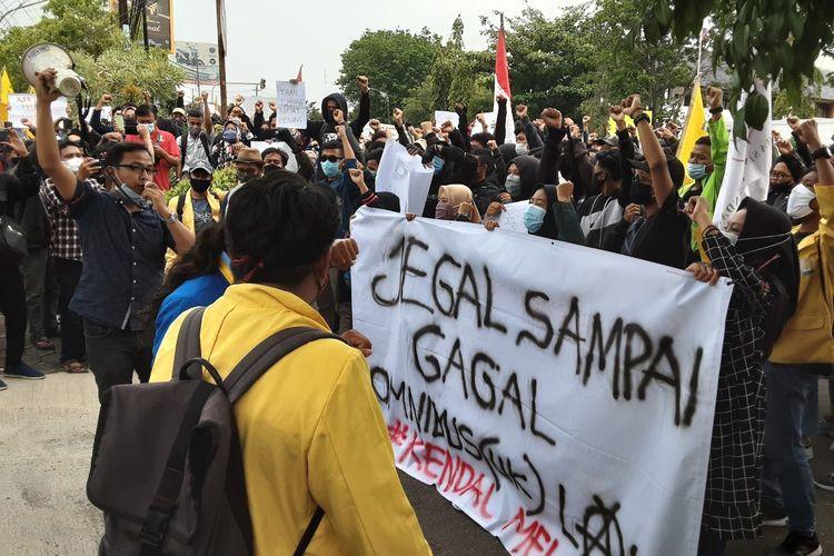 Aksi demo mahasiswa Kendal di depan kantor DPRD Kendal Jawa Tengah. KOMPAS.COM/SLAMET PRIYATIN