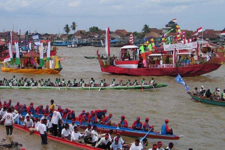 Sejumlah perahu hias sedang memarken berbagai perhiasan di Sungai Musi, Palembang, Sumatera Selatan, Rabu (17/8/2005). Lomba perahu hias dan perahu bidar tradisional diselenggarakan Pemerintah Kota Palembang untuk memperingati hari ulang tahun (HUT) ke-60 Republik Indonesia.