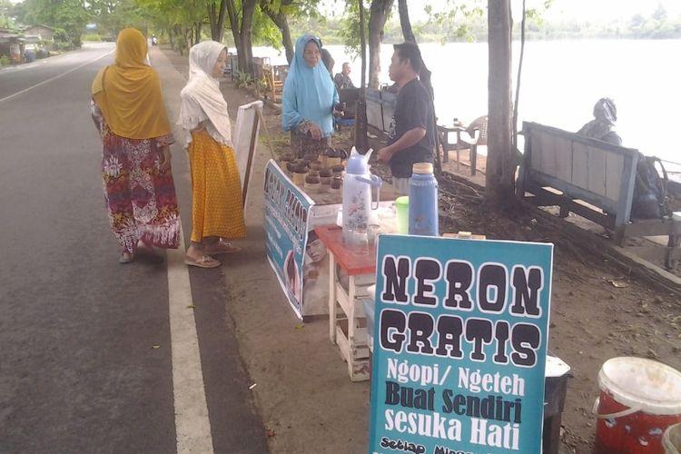 Menikmati keindahan Danau Dendam Tak Sudah di Bengkulu, Minggu (14/10/2018), sambil disuguhi kopi gratis.