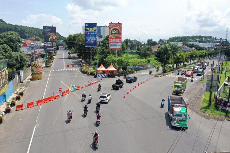 Pemkot Magelang menutup akses jalan protokol menuju pusat kota sebagai upaya pencegahan penyebaran virus corona (covid-19), sejak Senin (30/3/2020).