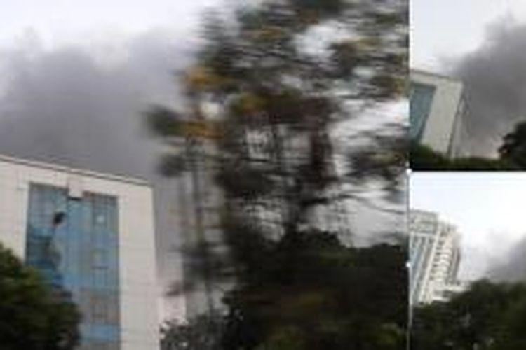 Kepulan asap hitam akibat terlihat di atas Gedung Direktorat Jenderal Pajak di Jalan Gatot Subroto, Jakarta Selatan, terbakar Jumat (31/7/2015).