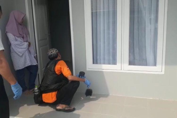 Polisi olah TKP di  Perumaha Vila Casablanca, Sawangan, Depok