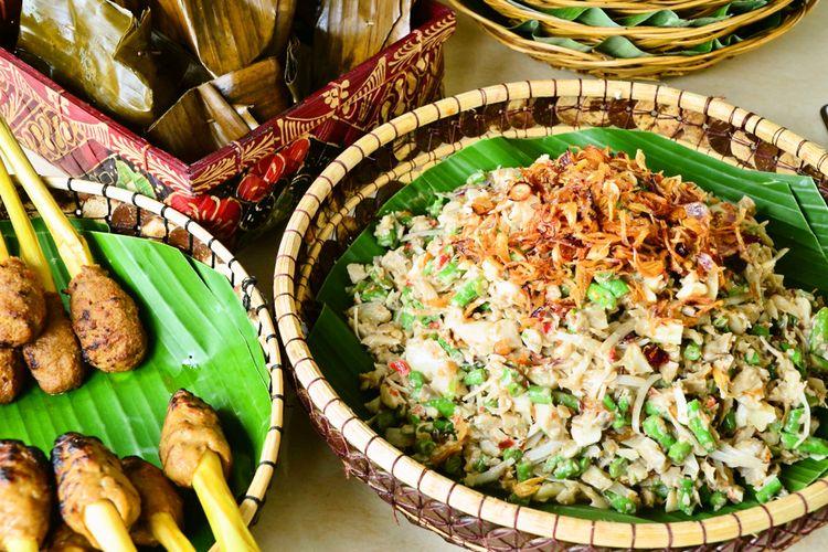 Ilustrasi sate lilit dan lawar, kuliner khas Bali.