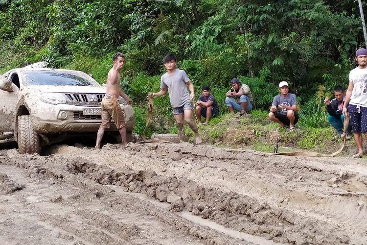 Kondisi salah satu jalan penghubung antar Krayan Tengah dan Krayan Induk, berlumpur dan mobil sering rusak sehingga harus ditarik mobil lain,  masyarakat harus membayar Rp.12 juta pulang pergi untuk menyewa mobil (Daniel)