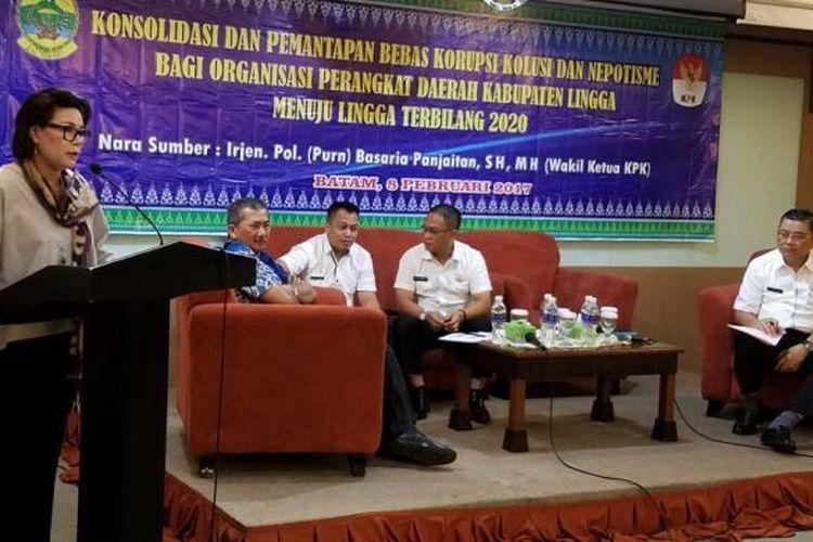 Pimpinan KPK Basaria Panjaitan (kiri) memaparkan peran pengawasan KPK kepada para pejabat Kabupaten Lingga, Kepulauan Riau, Rabu (8/2/2016)