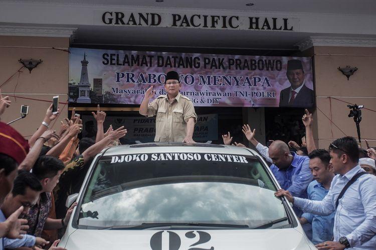 Calon Presiden RI nomor 02 Prabowo Subianto (tengah) menyapa pendukungnya saat Safari Politik di Grand Pacific Hall, Sleman, DI Yogyakarta, Rabu (27/2/2019). Acara yang dihadiri ribuan pendukung dan relawan serta Purnawirawan TNI dan Polri se Jateng - DIY itu merupakan rangkaian kampanye capres nomor urut 02 di Jateng-DIY. ANTARA FOTO/Andreas Fitri Atmoko/hp.