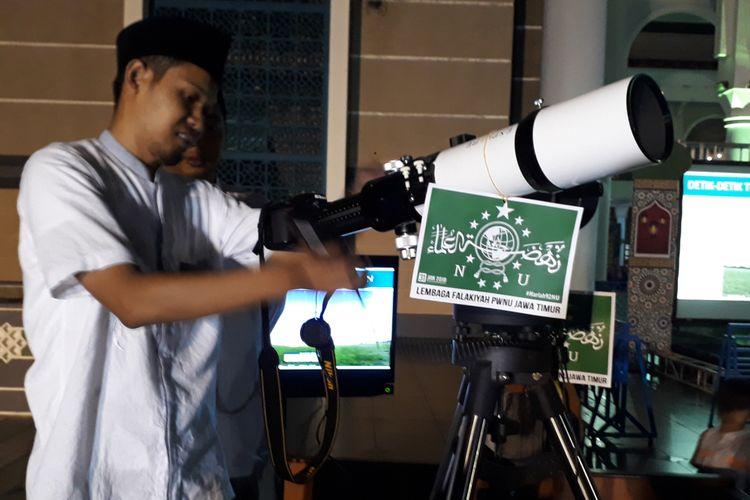 Petugas menyiapkan alat pemantau gerhana bulan, Rabu (31/1/2018).