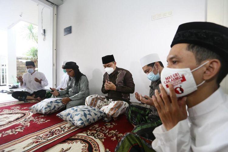 Wali Kota Surabaya terpilih Eri Cahyadi menggelar khataman Al-Quran di kediamannya di Ketintang, Surabaya, Kamis (25/2/2021). Ia bersama Armuji akan dilantik sebagai pasangan wali kota dan wakil wali kota di Gedung Negara Grahadi Surabaya pada Jumat (26/2/2021).