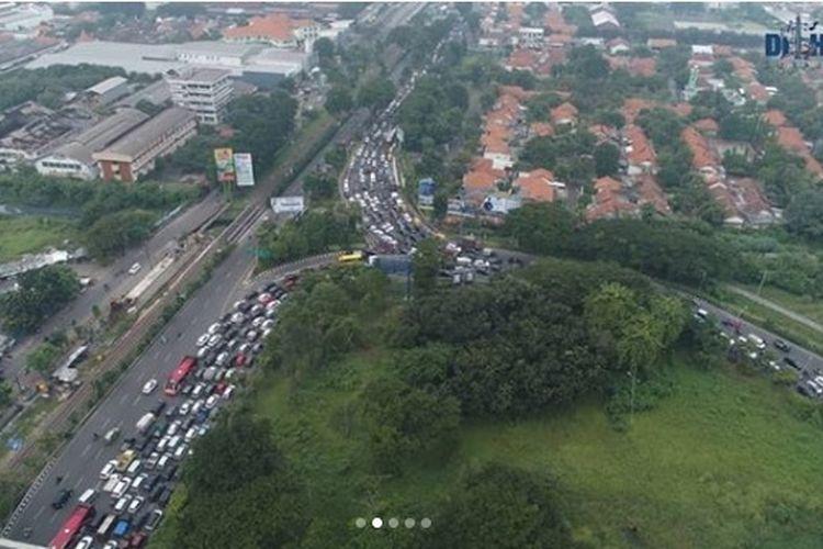 Pemeriksaan ketat terkait Pembatasan Sosial Berskala Besar (PSBB) di pintu masuk Surabaya dari arah Sidoarjo, tepatnya Bundaran Waru, membuat kendaraan menumpuk hingga terjadi kemacetan panjang, Selasa (28/4/2020).
