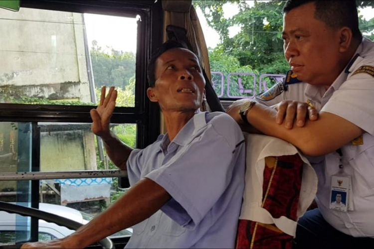 Direktur Pembinaan Keselamatan Kementerian Perhubungan, Ahmad Yani, berdialog dengan pengemudi bus antar-kota antar-provinsi (AKAP) saat melakukan ramp check menjelang Lebaran 2018.