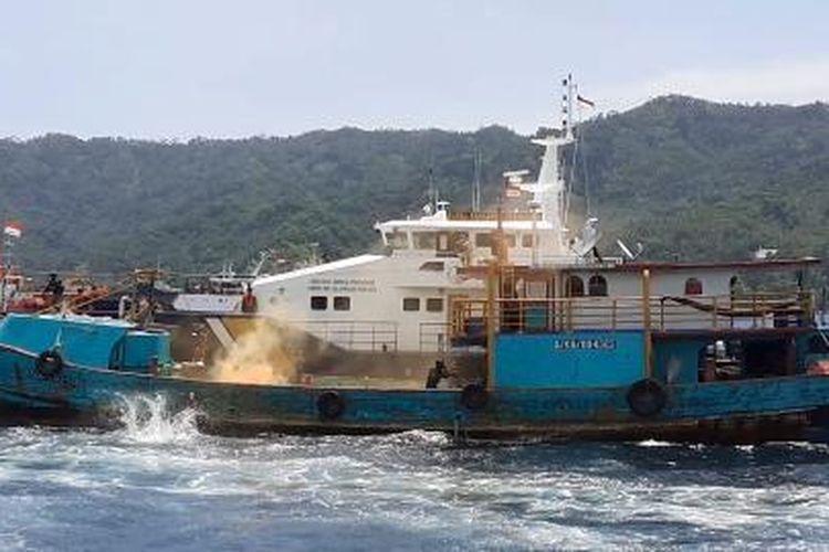 Simulasi pelumpuhan kapal pencuri ikan di sekitar Pelabuhan Perikanan Samudera Bitung, Aertembaga Satu, Manado, Senin (17/2/2020).