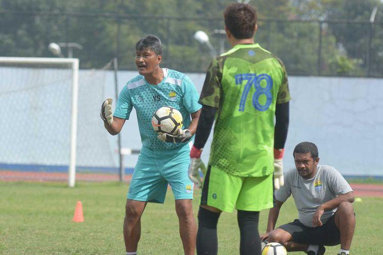 Gatot Prasetyo saat melatih kiper Persib Bandung.