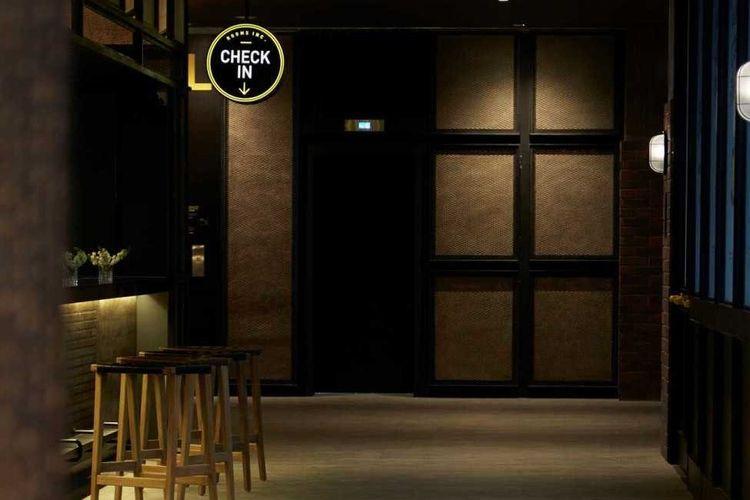 Interior meja resepsionis hotel karya Domisilium Studio