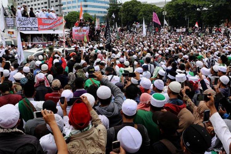 Umat muslim mengikuti aksi 212 di depan Kompleks Parlemen Senayan, Jakarta Pusat, Selasa (21/2/2017). Aksi 212 tersebut digelar dalam rangka menuntut DPR agar segera mengambil tindakan agar Gubernur DKI Jakarta Basuki Tjahaja Purnama diberhentikan dari jabatannya.