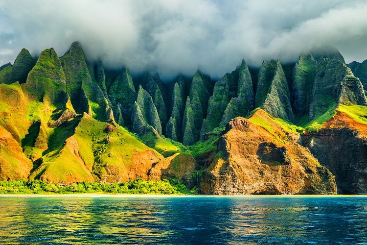 Ilustrasi Hawaii - Pantai Napali di Pulau Kauai.