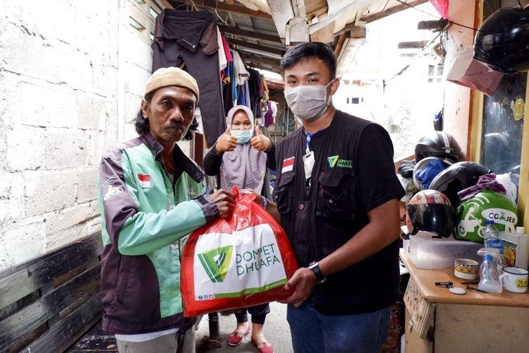 Tim Dompet Dhuafa bersama relawan membagikan paket sembako untuk masyarakat kecil yang mengalami dampak hebat dari pandemik Corona.