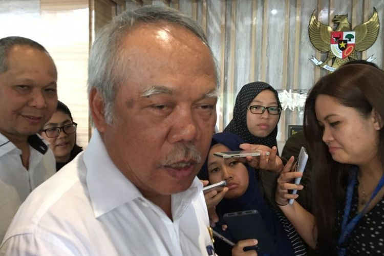 Menteri Pekerjaan Umum dan Perumahan Rakyat Basuki Hadimuljono usai rapat membahas penurunan tarif tol di kantor Kementerian Koordinator Bidang Perekonomian di Jakarta Pusat, Senin (26/3/2018).