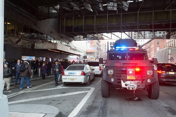 Mobil Kepolisian New York berjaga di depan Terminal Bus Pelabuhan Manhattan pasca-dilaporkan terjadi ledakan di sana (11/12/2017).