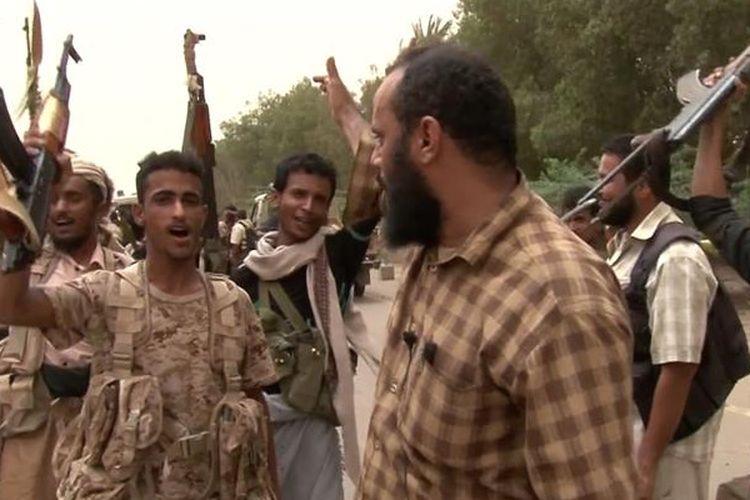 Para anggota milisi yang bergabung dengan koalisi pimpinan Arab Saudi ketika melancarkan serangan ke Hodeidah, Yaman.